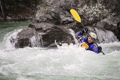 Junger männlicher whitewater Kayaker Stockfotos