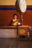 Junger Mönch durchführenpuja stockfoto