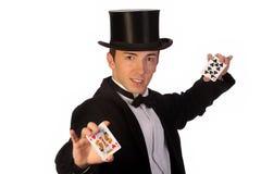 Junger Magier, der mit Karten durchführt Stockbilder