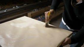 Junger Maler bereitet Blatt auf einem Stand vor und bedeckt durch Schicht der Zündkapsel Hobbys von jungen kreativen Leuten stock video