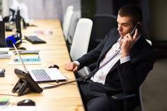 Junger Manager am Arbeitsplatz Junger Mann, der an Computer im Büro arbeitet lizenzfreies stockbild