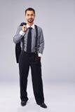 Junger Manager Holding ein Mantel über seiner Schulter Lizenzfreie Stockfotografie