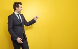 Junger Manager zeigt entscheidendes etwas an Stockfotografie