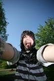 Junger Mann öffnete seinen Mund weit und zeigt die Zange Lizenzfreie Stockfotos
