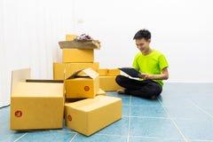 Junger Mann als SME beginnen besitzen oben Geschäft mit Kasten lizenzfreie stockfotos