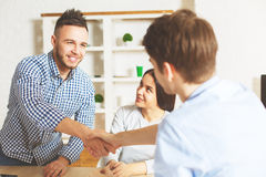 Junger Mann angenommen für einen Job lizenzfreies stockfoto