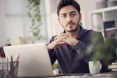 Junger Mann arbeitet an seinem Laptop Stockbilder