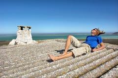 Junger Mann auf Dach des verlassenen Hauses Lizenzfreies Stockfoto