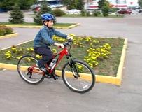 Junger Mann auf dem Fahrrad Stockfotografie