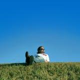 Junger Mann auf dem Gras stockfotografie