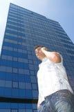 Junger Mann auf dem Handy stockfotos