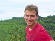 Junger Mann auf dem Reis-Feld lizenzfreie stockbilder