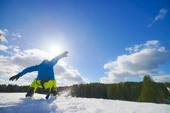 Junger Mann auf dem Snowboard Stockfotografie