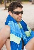 Junger Mann auf dem Strand Stockfotografie