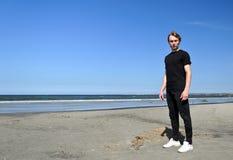Junger Mann auf dem Strand stockbilder