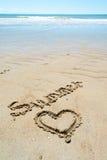 Junger Mann auf dem Strand in Schwarzweiss Stockbild