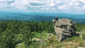 Junger Mann auf die Oberseite des Berges stock video
