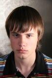 Junger Mann auf dunklem Hintergrund Stockbilder
