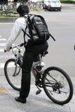 Junger Mann auf einem Fahrrad Stockbilder