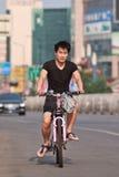 Junger Mann auf einem Fahrrad, Peking, China Lizenzfreies Stockbild