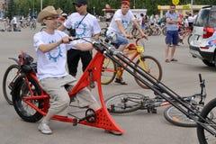 Junger Mann auf einem Fahrradzerhackermodell Stockbild