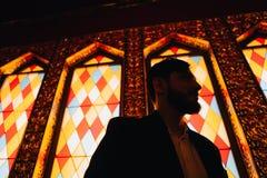 Junger Mann auf einem Hintergrund des Buntglases lizenzfreie stockfotos