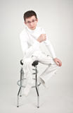 Junger Mann auf einem Stabstuhl Stockfotografie