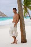 Junger Mann auf einem tropischen Strand lizenzfreie stockfotos