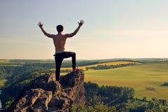 Junger Mann auf Felsen Stockbild