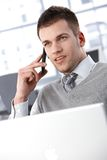 Junger Mann auf Mobile Stockfotos