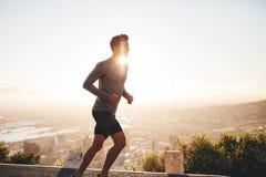 Junger Mann auf Morgenlauf Stockbild
