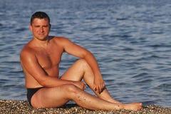 Junger Mann auf Pebble Beach Stockfotografie