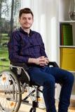 Junger Mann auf Rollstuhl Stockbilder