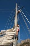 Junger Mann auf Segelschiff, aktiver Lebensstil, Sommersportkonzept Stockfotos