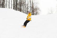 Junger Mann auf Snowboard lizenzfreie stockbilder