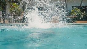 Junger Mann auf springendem leichtem Schlag der Sommerferien in blaues Poolwasser für Erfrischung am heißen sonnigen Tag Kerltauc stock footage