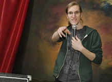 Junger Mann auf Stadium mit microphone_2 Lizenzfreies Stockfoto