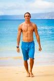 Junger Mann auf tropischem Strand stockbild