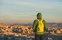 Junger Mann in aufpassendem Sonnenaufgang der hellen Kleidungs, Cappadocia, die Mittel-Türkei Stockfoto