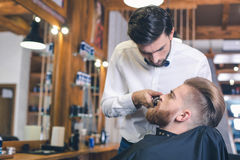 Junger Mann in Barber Shop Hair Care Service-Konzept Lizenzfreies Stockbild
