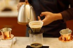 Junger Mann barista auslaufender Kaffee stockbild