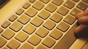 Junger Mann benutzt Laptop elektronisch zu den Lohnlisten stock video footage