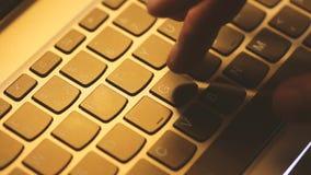 Junger Mann benutzt Laptop elektronisch zu den Lohnlisten stock footage