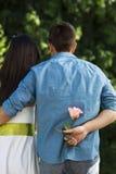 Junger Mann bereit, seine Dame zu überraschen Stockfotografie