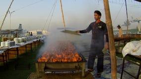 Junger Mann bereitet BBQ in der großen Menge vor stock video
