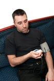Junger Mann betraf über seinen Blutdruck Stockbild