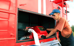 Junger Mann betreibt das Feuergeländefahrzeug Stockbild