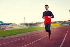 Junger Mann bildet an einem Sportstadion aus Stockfotos