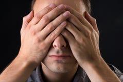 Junger Mann deckte sein Gesicht ab Lizenzfreie Stockfotos