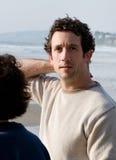 Junger Mann in dem Ozean stockbild